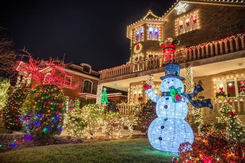 Kerstmisdecoratie van huizen in de buurt van Dyker-Hoogten, in zuidwesten van Brooklyn, in New York De V.S. stock foto's