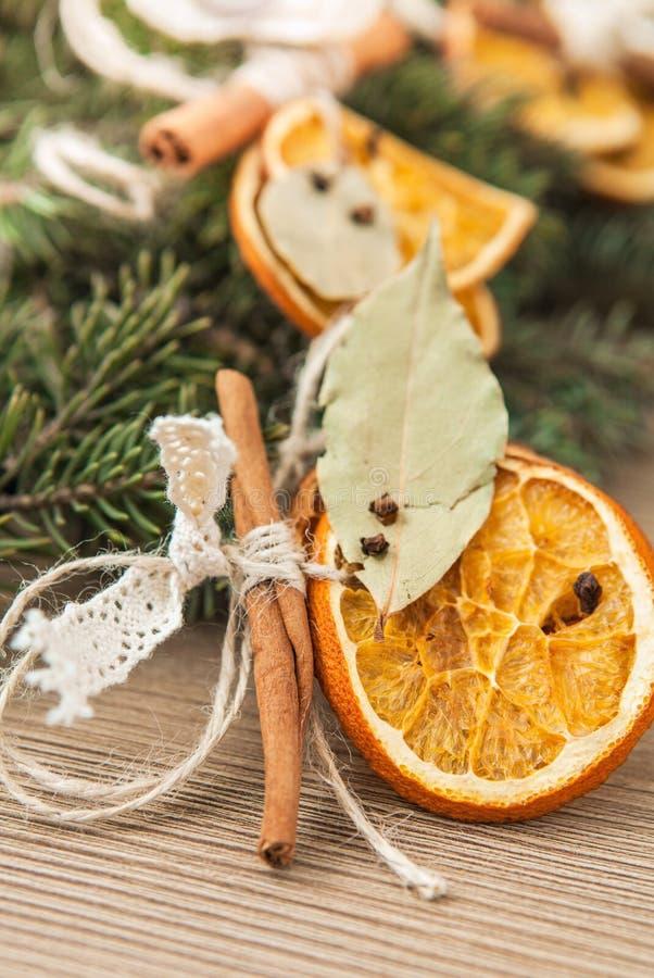 Kerstmisdecoratie van sinaasappel en kaneel stock foto's