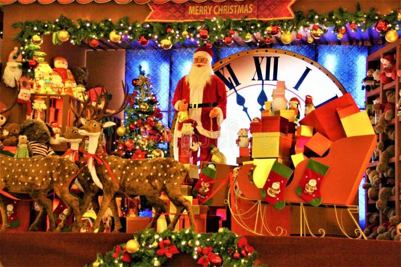 Kerstmisdecoratie in winkelcomplex Santa Claus en Rendier stock foto