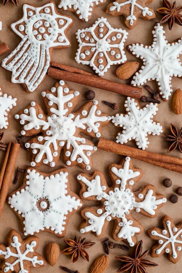 Kerstmisdekoration met kruiden en koekjes in de vorm van sneeuwvlokken op donkere pakpapierachtergrond Hoogste mening royalty-vrije stock afbeeldingen