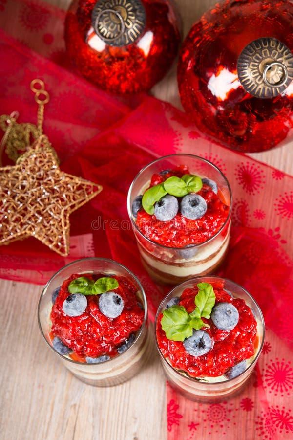 Kerstmisdessert. Zoete desserttiramisu met verse aardbei, stock afbeelding