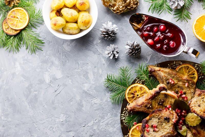 Kerstmisdiner met geroosterd vleeslapje vlees, de salade van de Kerstmiskroon, aardappel in de schil, geroosterde groenten, Ameri stock afbeeldingen