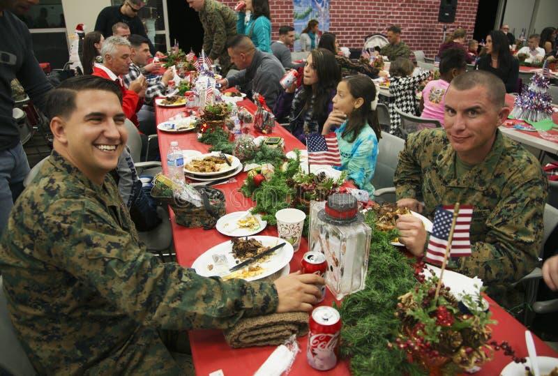Kerstmisdiner voor de Militairen van de V.S. op Gewond Strijderscentrum, Kamp Pendleton, het Noorden van San Diego, Californië, d stock fotografie