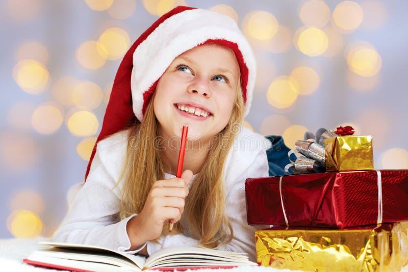 Kerstmisdromen Meisje die een brief schrijven aan Santa Claus royalty-vrije stock afbeeldingen