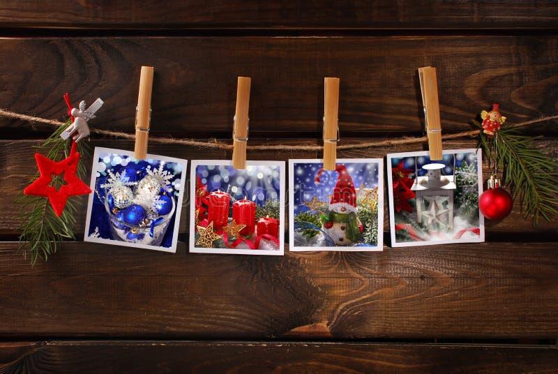 Kerstmisfoto's die op kabel tegen houten achtergrond hangen royalty-vrije stock afbeeldingen