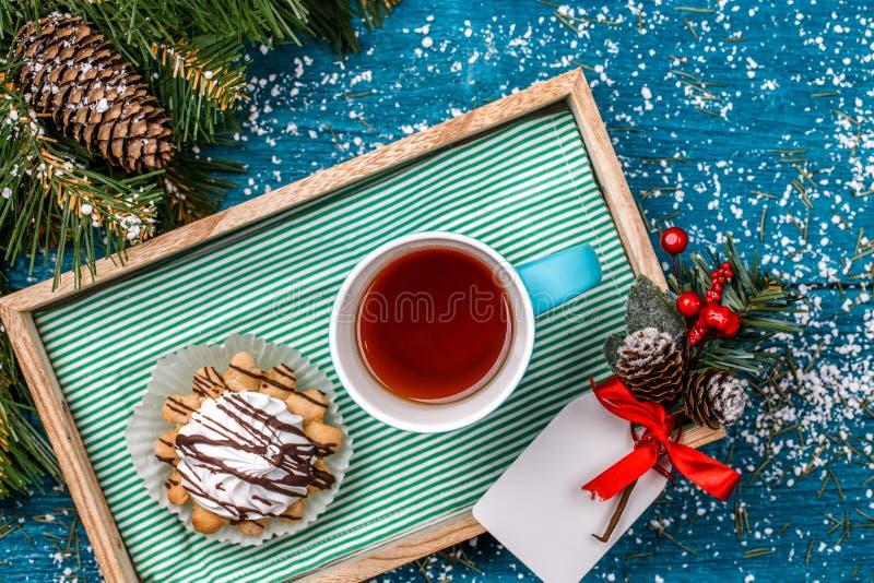 Kerstmisfoto van dienblad met thee en cakes stock foto's