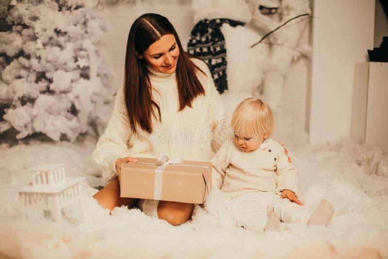 Kerstmisfoto van kleine leuke jongen en zijn mooie moederplayi royalty-vrije stock foto
