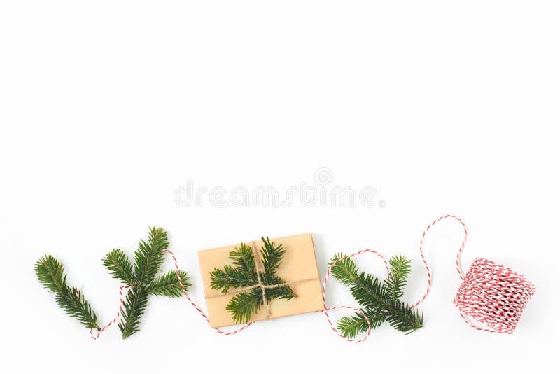 Kerstmisgift in ambacht pakpapier wordt en met F wordt verfraaid verpakt die dat stock afbeelding