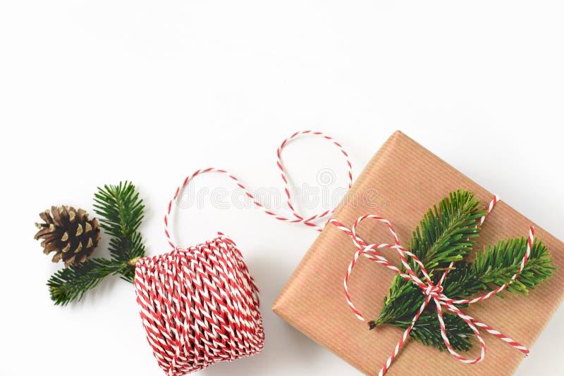 Kerstmisgift in ambacht pakpapier wordt en met F wordt verfraaid verpakt die dat stock fotografie