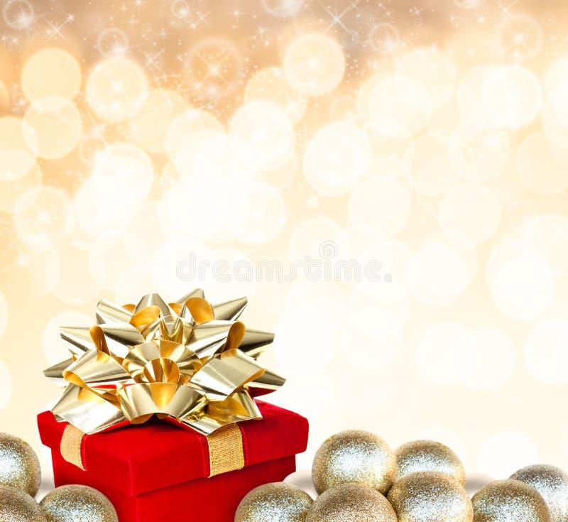 Kerstmisgift door Snuisterijen wordt omringd die stock foto's