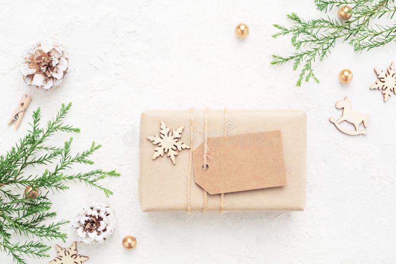 Kerstmisgift met lege markering & Nieuwjaar` s decoratie op wit stock fotografie