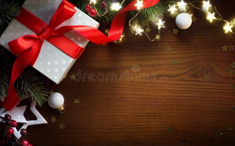 Kerstmisgift met Ornament op Lijst; De kaartachtergrond van de Kerstmisgroet royalty-vrije stock foto's