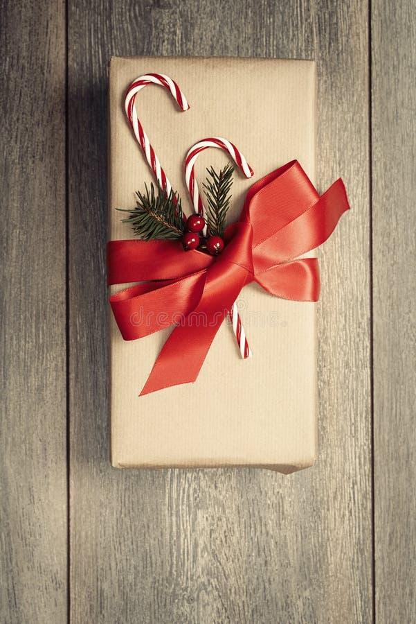 Kerstmisgift met suikergoedriet stock foto's