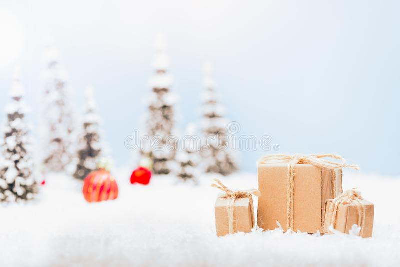 Kerstmisgift in sneeuwlandschap stock foto