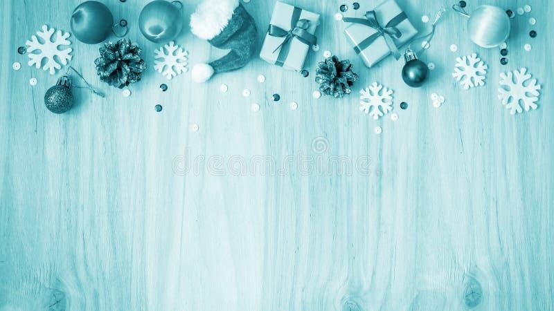 Download Kerstmisgiften En Decoratie Op De Lijst Decoratief Element Stock Afbeelding - Afbeelding bestaande uit bauble, kaart: 107701279