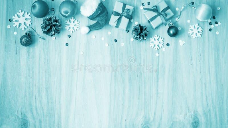 Download Kerstmisgiften En Decoratie Op De Lijst Decoratief Element Stock Afbeelding - Afbeelding bestaande uit pijnboom, ornament: 107701705