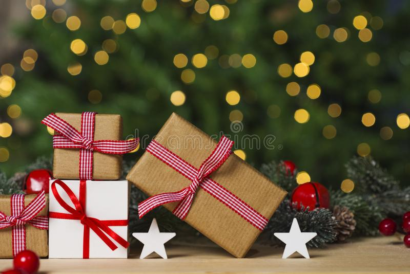 Kerstmisgiften en ornament op lijst, lichten bokeh achtergrond stock foto