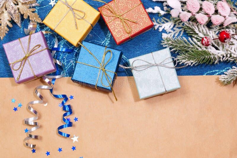 Kerstmisgiften in kleine dozen Ruimte voor tekst stock foto's