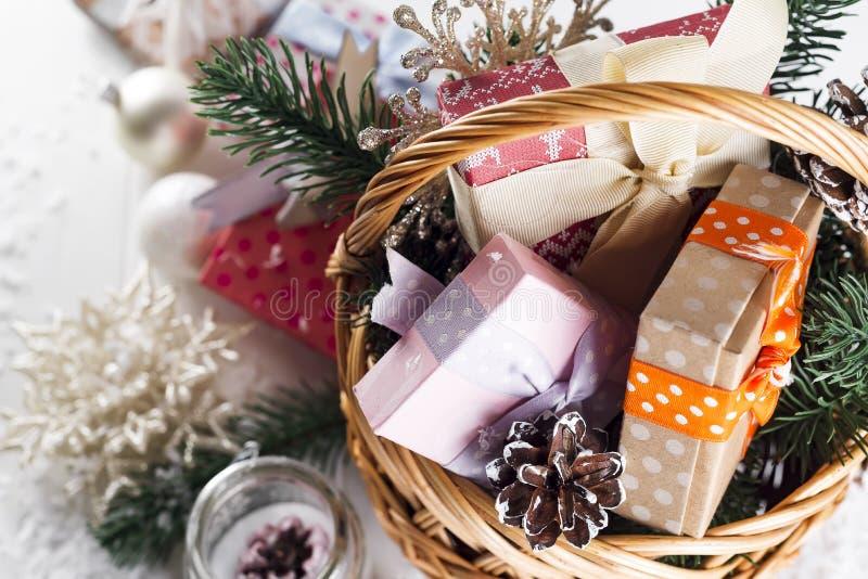 Kerstmisgiften op houten achtergrond stock afbeeldingen