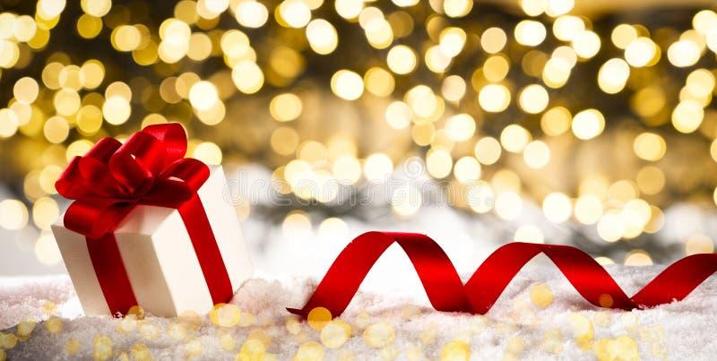 Kerstmisgiften op sneeuwbanner, Licht bokeh royalty-vrije stock afbeelding