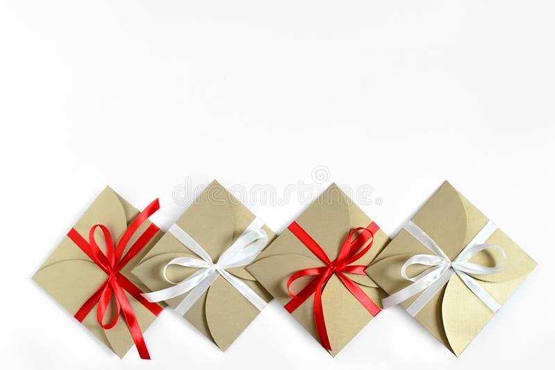 Kerstmisgiften in pakpapier met de boog hoogste mening worden verpakt ISO die royalty-vrije stock fotografie