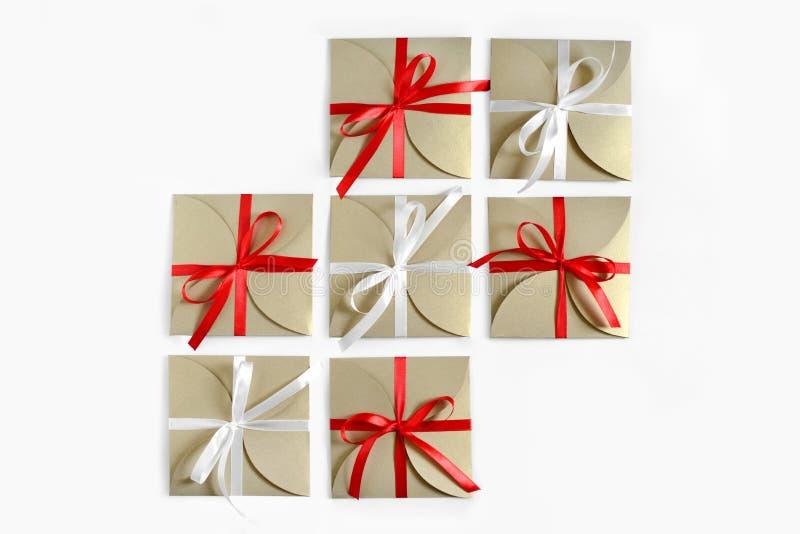 Kerstmisgiften in pakpapier met de boog hoogste mening worden verpakt ISO die royalty-vrije stock afbeeldingen