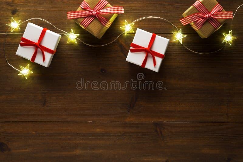 Kerstmisgiften, sterren op oude houten lijst royalty-vrije stock afbeeldingen
