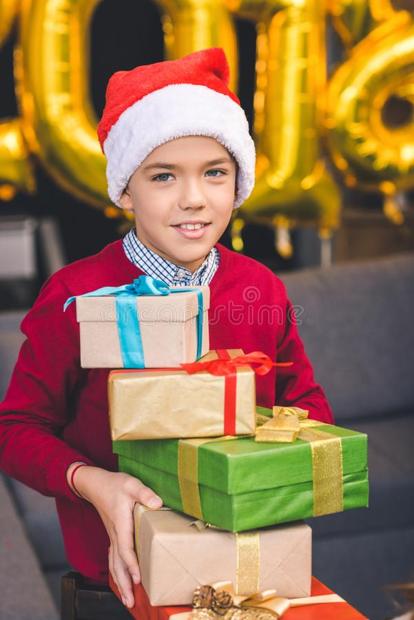 Kerstmisgiften van de jongensholding royalty-vrije stock foto's