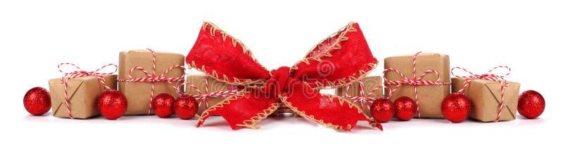 Kerstmisgrens met bruine en witte geïsoleerde giftdozen en rode boog royalty-vrije stock fotografie