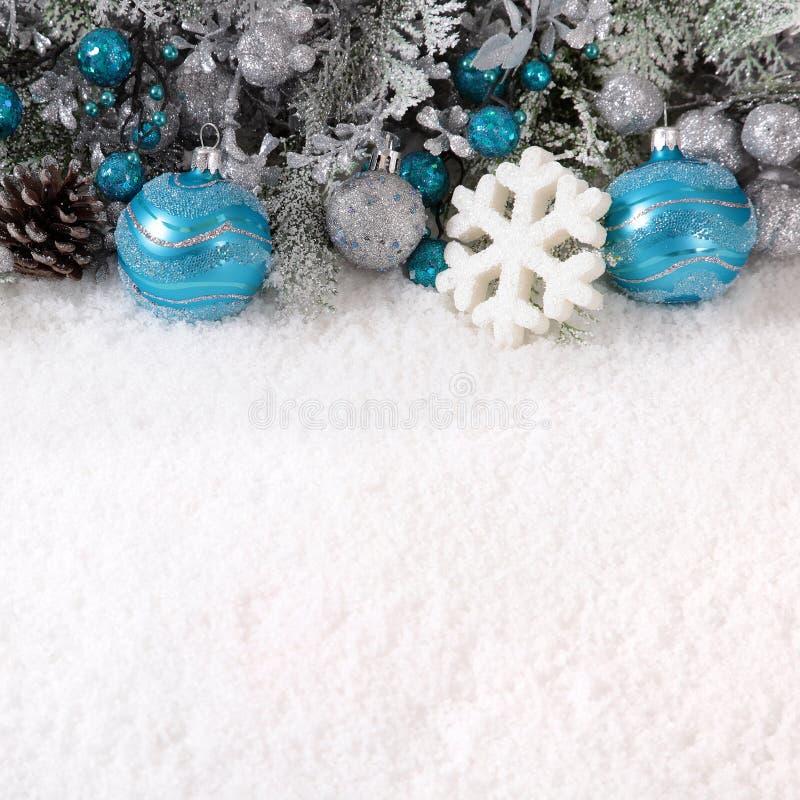 Kerstmisgrens met decoratie, denneappel en sneeuwvlok op Th royalty-vrije stock foto