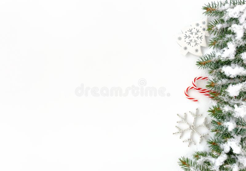 Kerstmisgrens met Sparrentakjes, Ornamenten, Suikergoedriet en stock fotografie