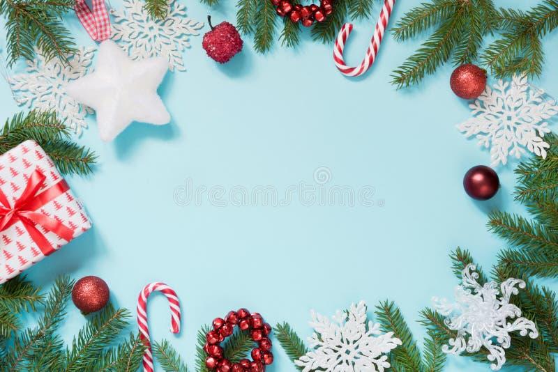 Kerstmisgrens met wit en rood decor, ballen, gift, suikergoedriet, sneeuwvlokken op blauw Vlak leg Hoogste mening De ruimte van h royalty-vrije stock foto's