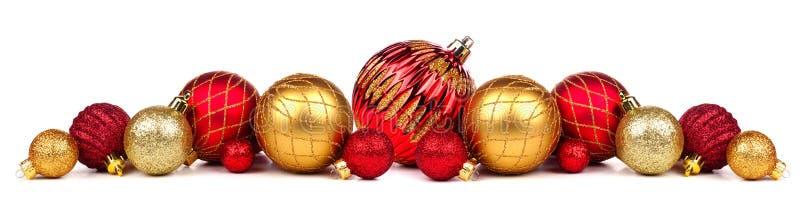 Kerstmisgrens van rode en gouden die ornamenten op wit worden geïsoleerd stock foto's