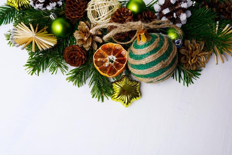 Kerstmisgroet met strosterren, droge sinaasappelen en plattelander of stock foto's
