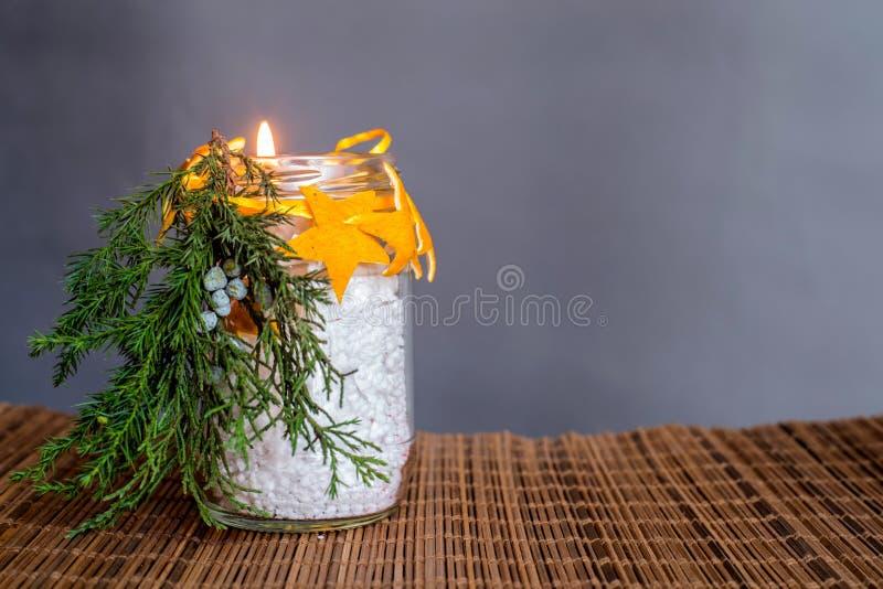 Kerstmishand - gemaakte kaarsambacht op het oostelijke stijl houten tafelkleed op grijze achtergrond stock fotografie