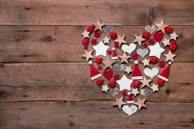 Kerstmishart op een houten achtergrond met verschillende decoratie royalty-vrije stock fotografie