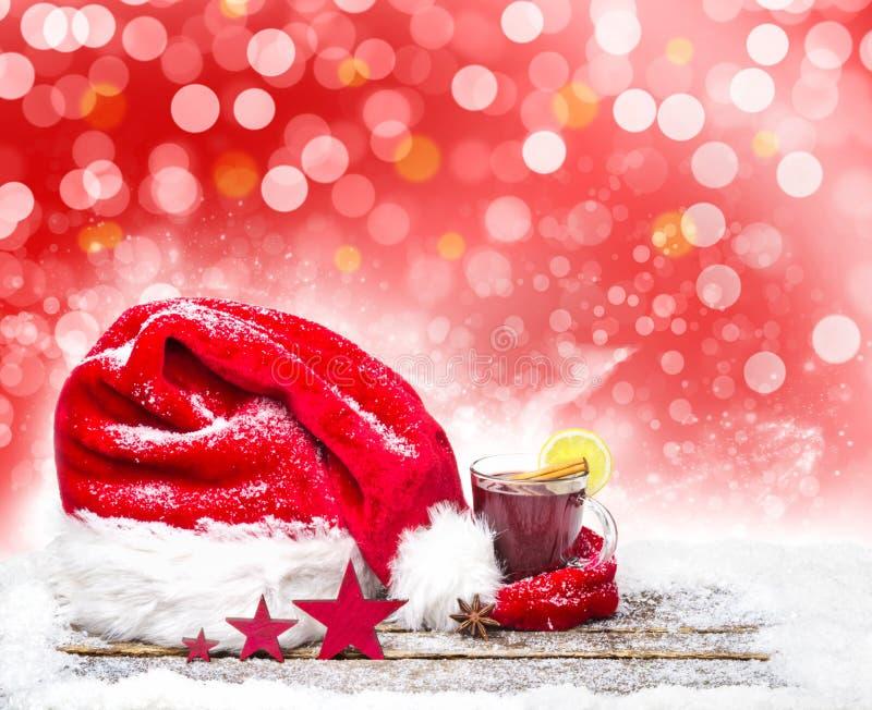 Kerstmishoed en overwogen wijn stock foto