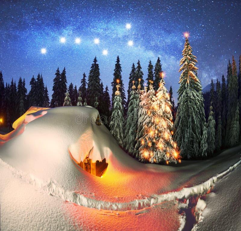 Kerstmishuis in de Karpaten stock foto's