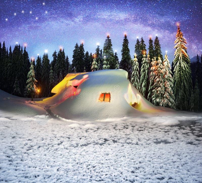 Kerstmishuis in de Karpaten stock fotografie