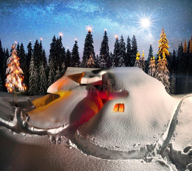 Kerstmishuis in de Karpaten stock afbeeldingen
