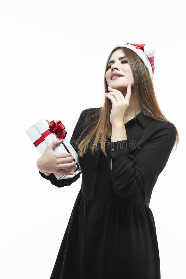 Kerstmisideeën Portret van Kaukasisch Wijfje die met Witte die Giftdoos dromen omhoog met Rood Lint wordt verpakt Tegen wit royalty-vrije stock foto's