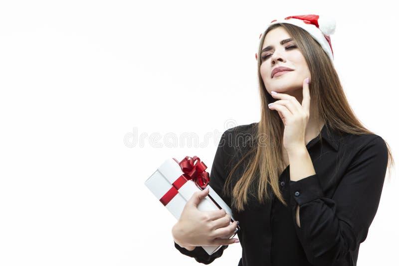 Kerstmisideeën Portret van Kaukasisch Wijfje die met Witte die Giftdoos dromen omhoog met Rood Lint wordt verpakt Tegen wit royalty-vrije stock afbeeldingen