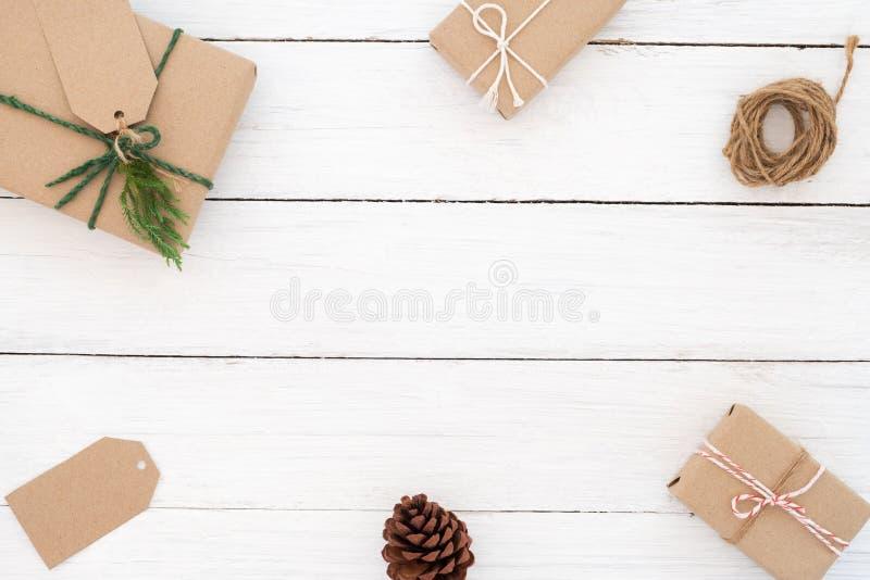 Kerstmiskader dat van huidige giftendoos wordt gemaakt met decoratie rustieke elementen op witte houten royalty-vrije stock foto