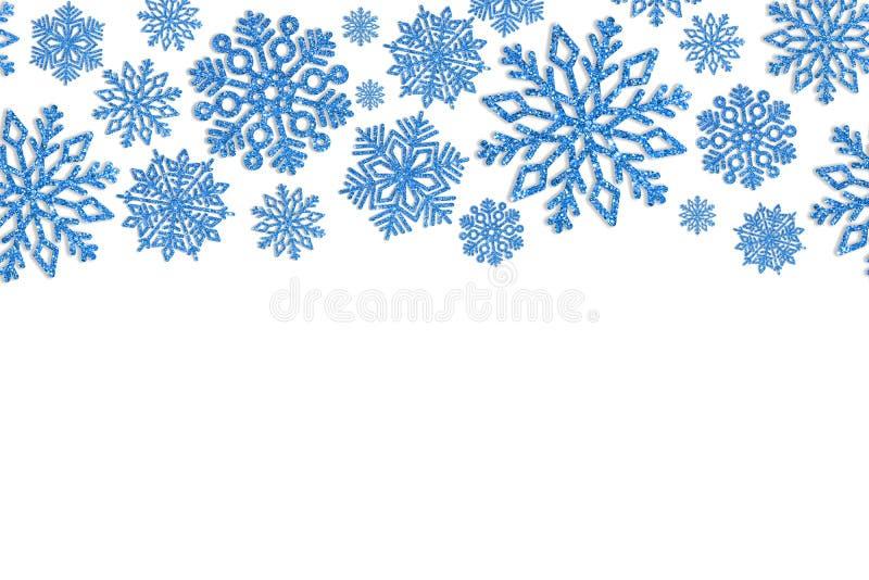 Kerstmiskader met blauwe sneeuwvlokken Grens van lovertjeconfettien stock fotografie