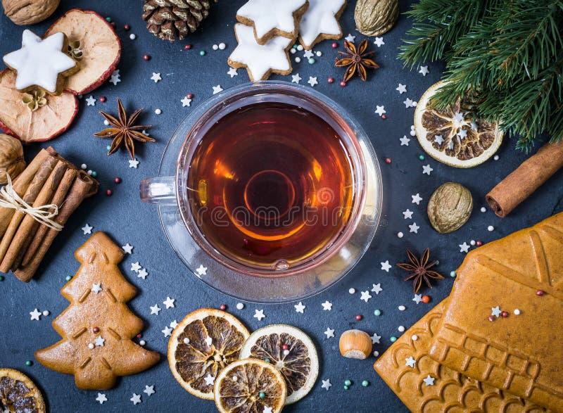 Kerstmiskader met koekjes, kaneel, droge sinaasappel op zwarte stock afbeeldingen