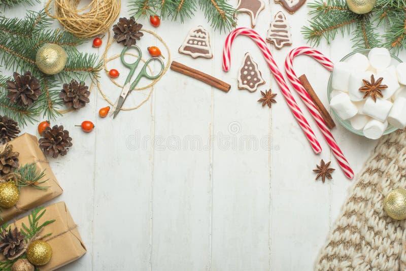 Kerstmiskader met peperkoekkoekjes, Kerstboom, denneappels, speelgoed Exemplaarruimte voor tekst De vakantie van de de herfstwint stock foto's