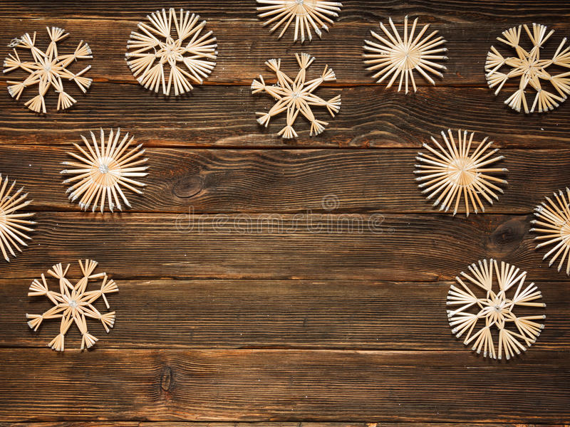 Kerstmiskader met strosneeuwvlokken op een donkere houten backgroun royalty-vrije stock foto's