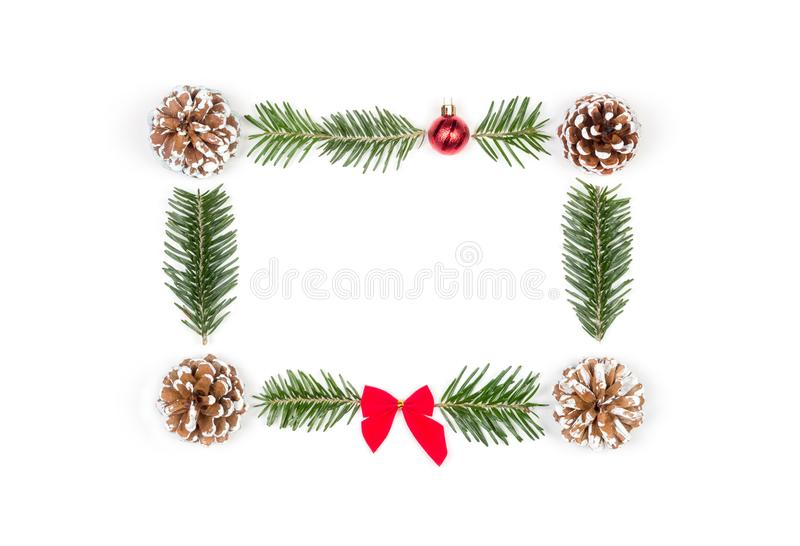 Kerstmiskader van denneappels en spartakken op een witte achtergrond stock afbeeldingen