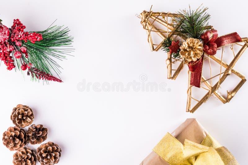 Kerstmiskader van gift, takken van de winterboom en denneappels op witte achtergrond wordt gemaakt die Vlak leg Hoogste mening stock foto's