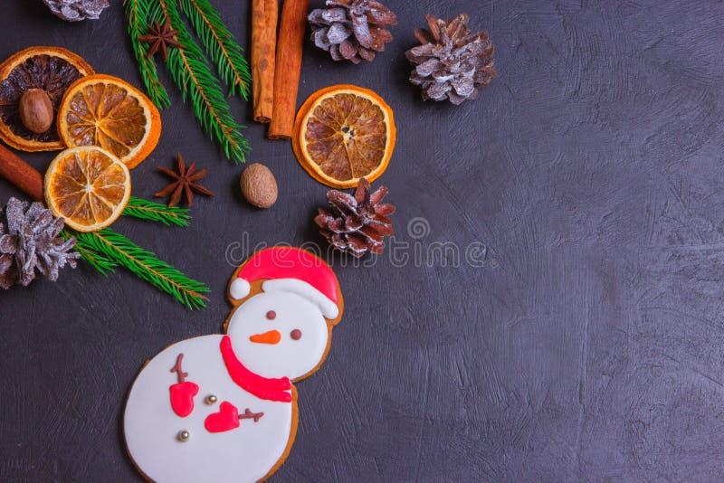 Kerstmiskader van sparrentakken en decoratie op zwarte achtergrond met ruimte voor tekst Vrolijke Kerstmis en Gelukkig Nieuwjaar royalty-vrije stock foto's